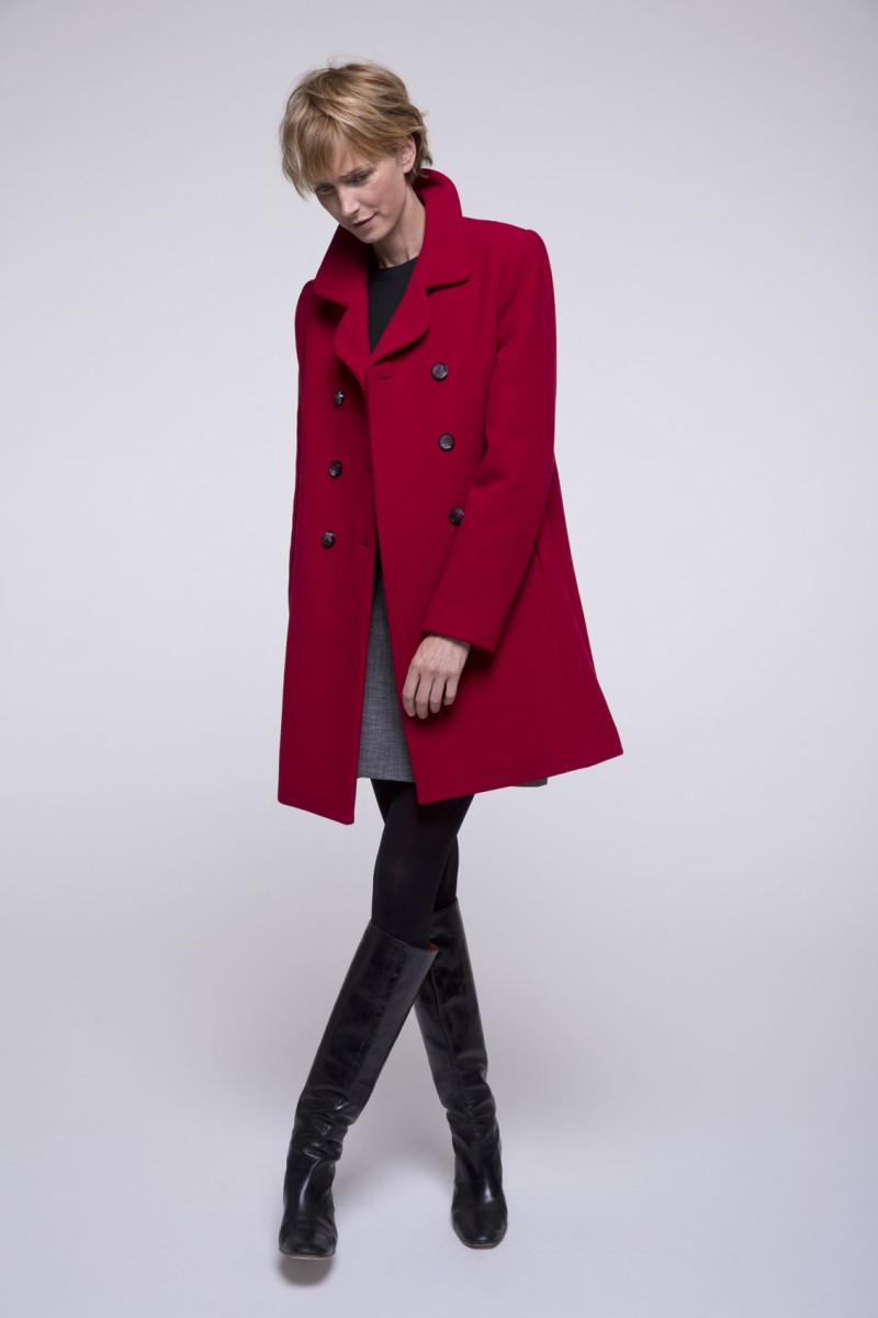 manteau rouge mettez vous en valeur avec cette couleur lumineuse. Black Bedroom Furniture Sets. Home Design Ideas